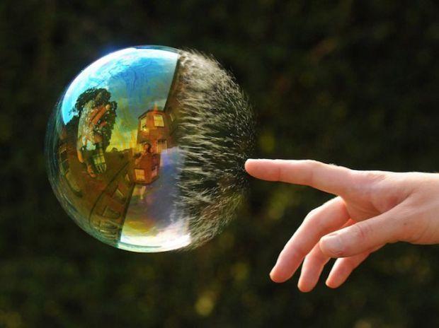 Переважно всі діти обожнюють надувати бульбашки, тому що вони переливаються всіма кольорами веселки, прозорі кульки викликали захват, і кожен намагавс