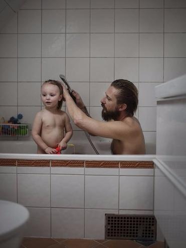 сын подглядывал как мать с дочерью моются