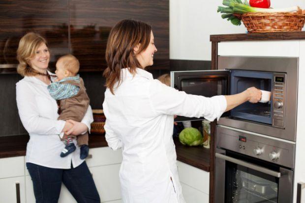 Если вы решили давать готовые блюда из баночки при расширении рациона малышу, они должны быть не только вкусными, но и иметь правильную температуру. М
