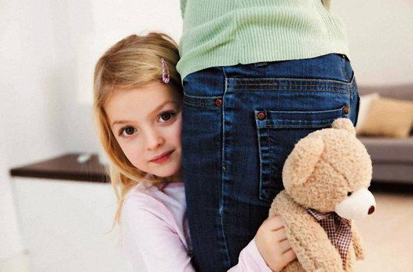 Якщо ви бачите, що дитина замкнена і сором'язлива, не можна це так залишати, думаючи, що виросте і зміниться.