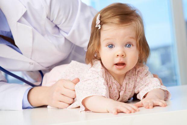 У пологовому будинкуПерший аналіз береться у дитини буквально через кілька хвилин після того, як вона з'явиться на світ. У малюка забирають зразок пуп