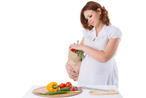 Певні продукти потенційно небезпечні для вагітної жінки, тому що вони можуть містити токсини і патогенні бактерії, які через плаценту потрапляють до п