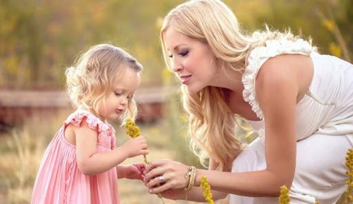Мами відіграють важливу роль у розвитку дитини, іноді свідомо, іноді - ні. Розглянемо докладніше 8 ролей, які відіграє мама у житті дитини.