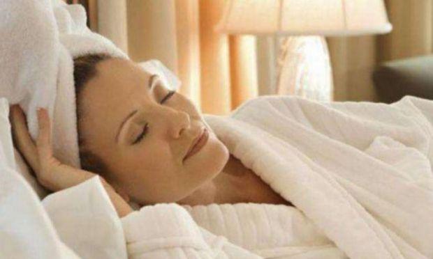Чому не можна лягати спати з мокрим волоссям - читайте далі.