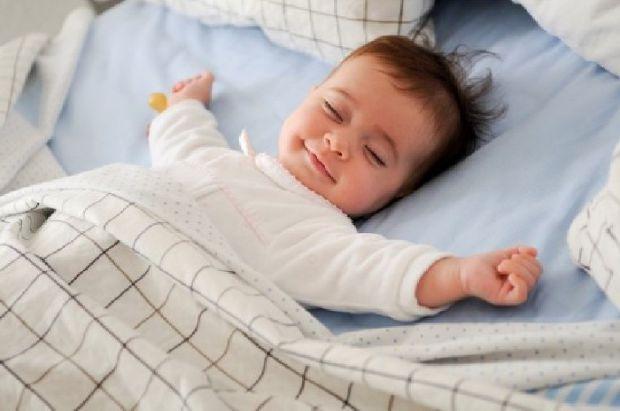 Скільки повинна спати дитина залежить від її віку. Чим старша вона стає, тим менше часу має відводитися на сон.