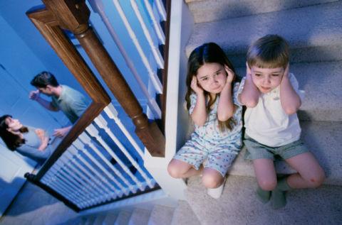Постійні конфлікти між батьками можуть згубно позначатися на розвитку їхніх дітей.