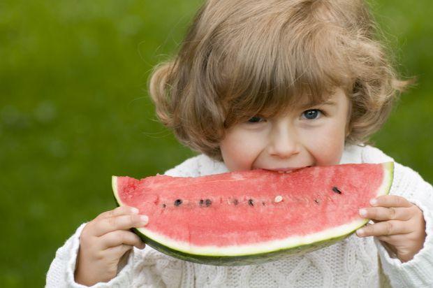 Ця ягода дуже смачна і корисна. Але з якого віку діткам можна його куштувати?