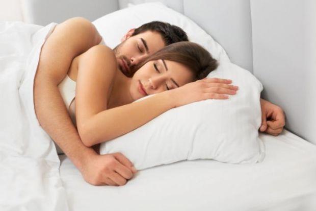 Американські вчені провели дослідження, спрямовані на вивчення впливу сну в обнімку з іншою людиною, і довели, що це надзвичайно сприятливо позначаєть