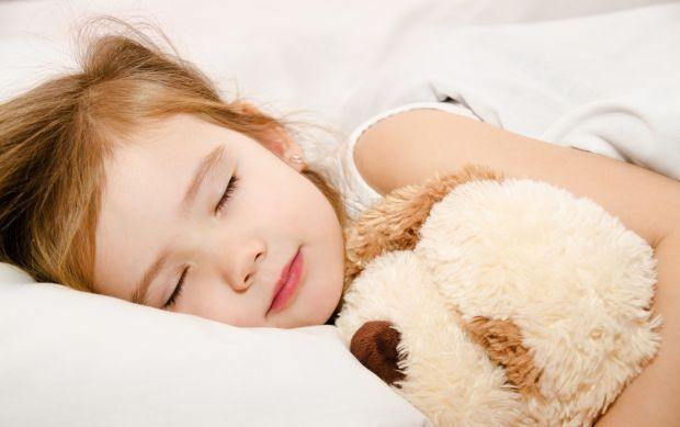 Ваше чадо любить довго спати, йому важко прокинутися зранку... читайте у матеріалі, як легко розбудити дитину.