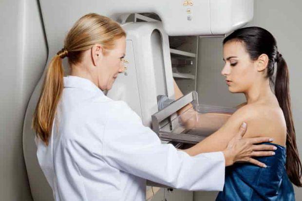 Дослідники з Великобританії розповіли, що якщо в родині спостерігалися випадки онкології грудей, то спадкоємицям необхідно пройти мамографію починаючи