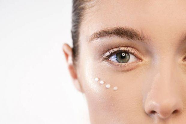 Часто жінки навіть не помічають, як їхні дії нівелюють усі старання щодо догляду за шкірою навколо очей.