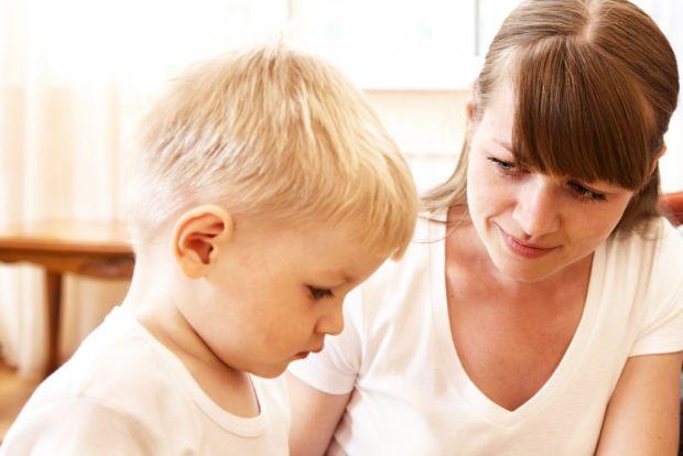 Батьки можуть впливати на дитину прямо і безпосередньо - словами, інтонаціями, іноді це найпростіший і цілком ефективний метод.Дитина чогось не знає -