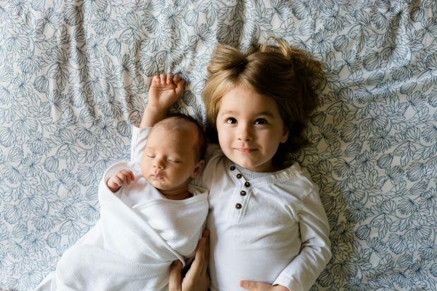 До появи другої дитини потрібно готуватись як батькам, так і першій дитині. Потрібно правильно підготувати малюка до народження братика або сестрички,