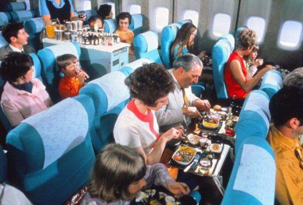 Що заборонено їсти у салоні літака, а що дозволено - читайте далі.