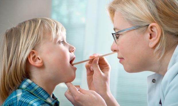 Кожна мама побоюється, що у малюка виростуть аденоїди і прийдеться піддавати дитину хірургічному втручанню. Як зрозуміти, чи це дійсно проблема з мигд