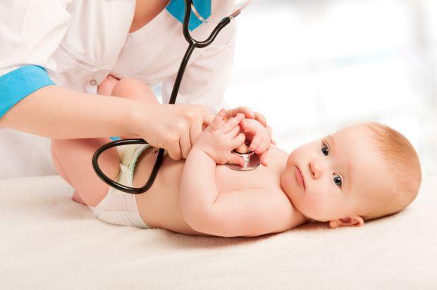 Ось маляті виповнився місяць і ви з ним вперше зібралися йти на прийом до дитячого лікаря. Як підготуватися до цього візиту і що взяти з собою?