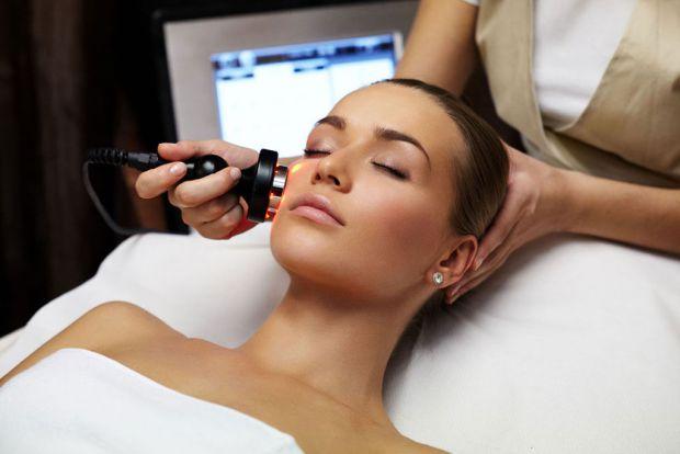 RF-ліфтинг вважається одним з найбільш ефективних і безпечних методів з підтяжки і корекції овалу обличчя за допомогою радіохвильового випромінювання.