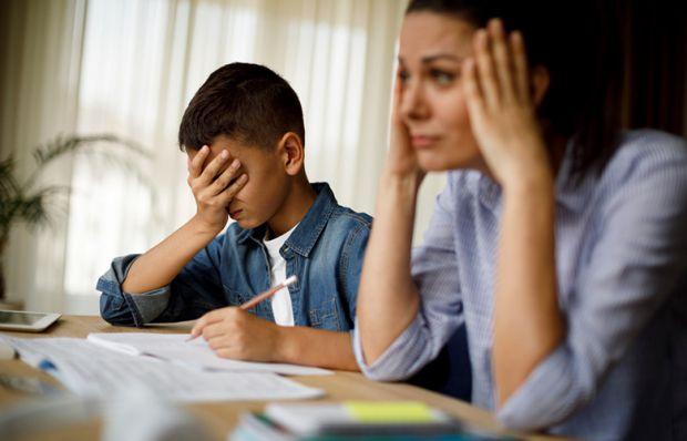 Якщо ви бачите, що вже пройшло достатньо часу, а ваш син чи дочка досі не можуть адаптуватися до нових правил в житті: підйом, школа, навчання, уроки,