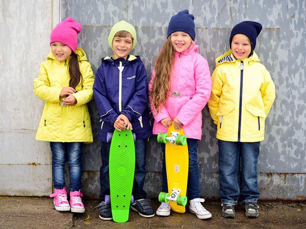 Модні дитячі куртки 2017 року, зроблені в спортивному стилі, відрізняються яскравими кольорами і вмілим поєднанням контрастних відтінків. Такий одяг к