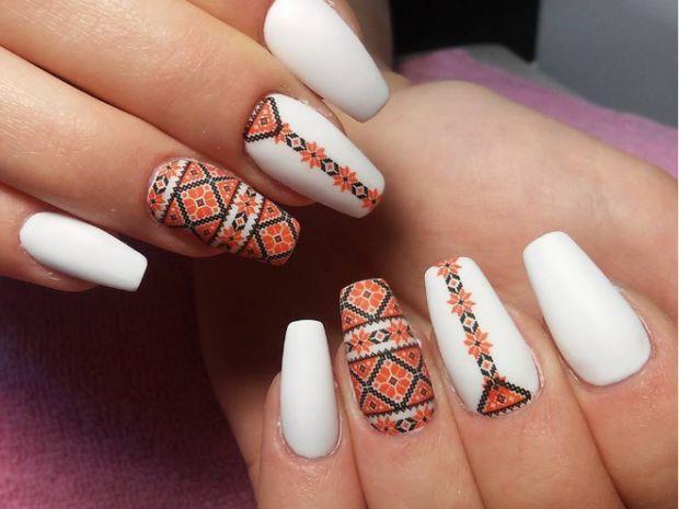 До слова, 18-го травня - день вишиванки, то чому б не урізноманітнити дизайн нігтів? Повідомляє сайт Наша мама.