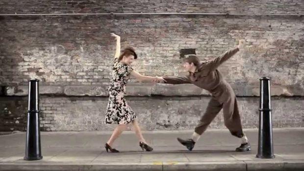 Мода повертається знову і зновуЦе відео дозволить вам побачити, як змінювалася мода протягом 100 років. Ролик був відзнятий всього за 4 дні на вулицях
