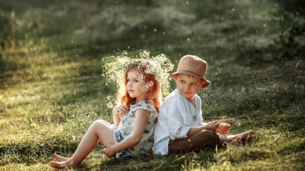 Часто батьки помилково вважають, що хлопчика і дівчинку потрібно виховувати однаково - за одним шаблоном. Проте це неправильно. І якщо ти росла у колі