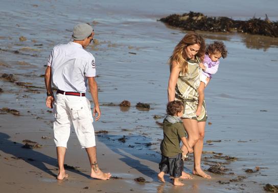 Активно працююча мама, Дженніфер Лопес намагається більше часу проводити зі своїми близнюками Максом і Еммі, тому в Європу вони вирушили всі разом, пр