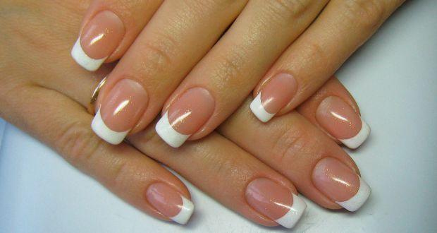 Популярная новация в вопросе ухода за ногтями – акриловое наращивание искусственной пластины, которая походит на натуральную и прекрасно держится. Акр