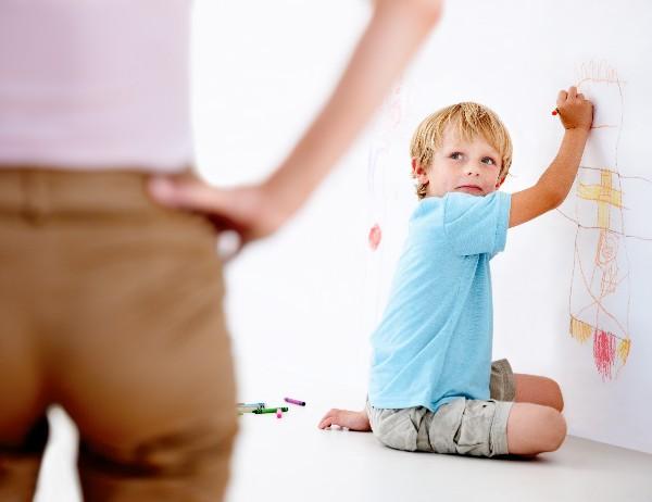 Маленькі діти досить часто порушують межі дозволеного. Вони хапають речі, які їм не належать, або занадто захоплено висловлюють свою прихильність до н