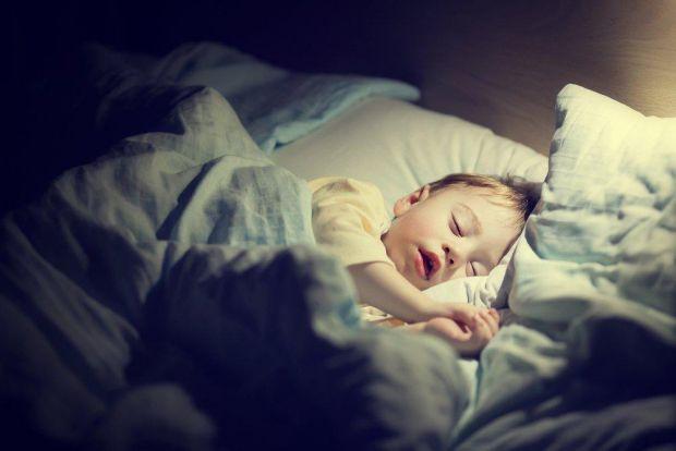 Найбільше педіатрів і самих батьків лякає дитячий кашель, що проявляєтья вночі, коли дитина спить.