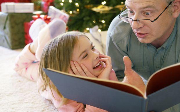 Британські вчені з'ясували, чиї казки на ніч корисніше слухати дітям.