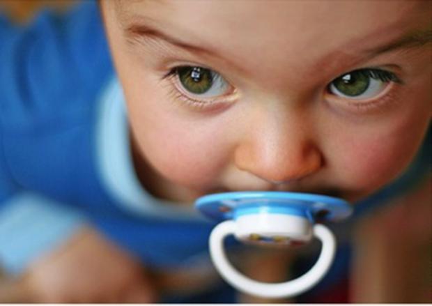Пустунчик і пляшечка для немовляти гальмує розвиток дитини.