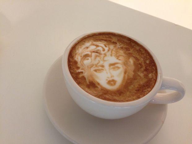 Смачна та красива кава.В свій вільний час Michael Breach наполегливо тренувався в створенні цікавих малюнків з кавової пінки. Тепер в невеликому кафе,