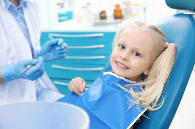 Практично всі маленькі діти бояться лікарів, а відвідування стоматолога супроводжується затяжною істерикою. Для щасливих мам таких діток є 10 простих