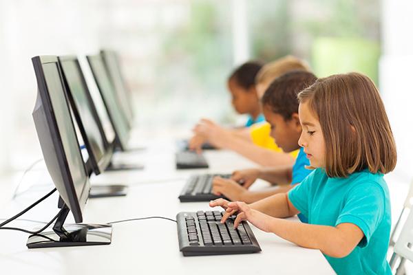 До 12 років - краще ніяких соцмереж. Для підлітка старше 12 років важлива присутність в соціальних мережах, адже це період, коли він вчиться розуміти