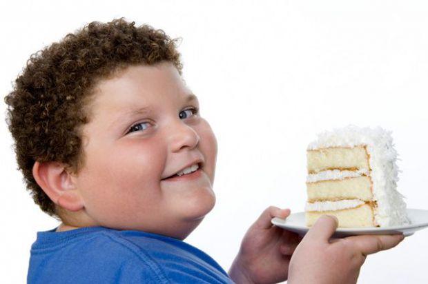 Проблема зайвої ваги часто криється в тому, що дитина їсть багато, а мало рухається, не витрачає енергію, яка накопичилась. Якщо ваше чадо цілими дням