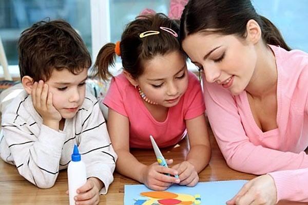 Якщо вам бракує часу, ви не справляєтесь з домашніми обов'язками, тоді можете найняти няньку, яка допоможе вам з дітьми.