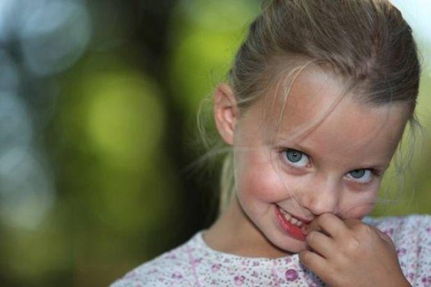 Якщо дитина постійно гризе нігті, батькам не слід закривати очі на цю проблему, сподіваючись, що «пройде саме». Не треба робити з цього і трагедію, ак