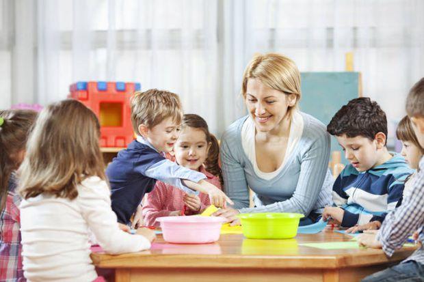 Ваш малюк підріс і дає можливість влаштуватися на роботу або трохи відпочити від спілкування з ним. Що вибрати - няню або дитячий сад?