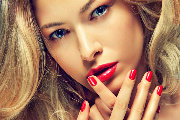 Ні для кого не секрет, макіяж не завжди виходить таким, яким ми хочемо його бачити. Помада не тримається, контур з'їжджає, губи здаються пласкими. Цьо