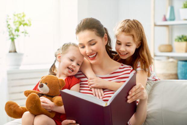 Регулярне читання впливає на правильне формування мови малюка, адже не лише збагачує словниковий запас, а й вчить грамотно будувати речення, розвиває
