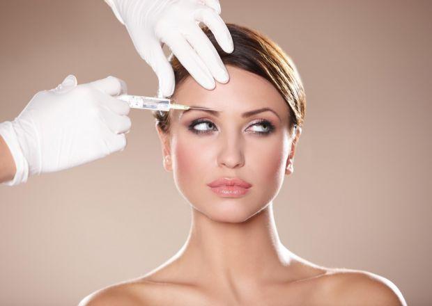 В якості процедури омолодження обличчя застосовують хірургічну операцію, при якій жир, одержуваний при ліпосакції з області живота або стегон, викорис