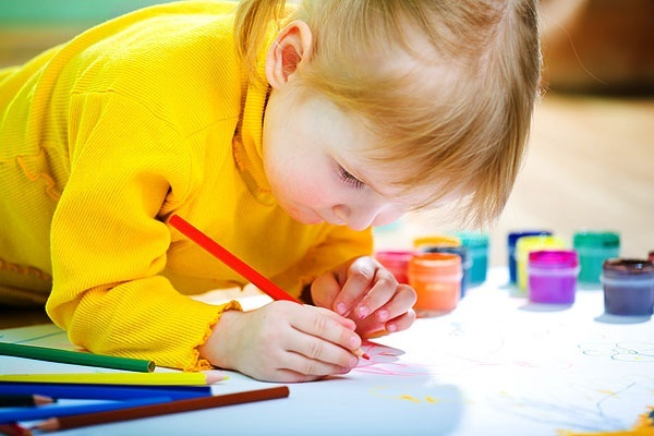 Починати навчання можна з 1 року. Відомо, що в 1,5 року дитина здатна запам'ятати багато чого, наприклад, майже всі літери. Але з кольорами трохи скла
