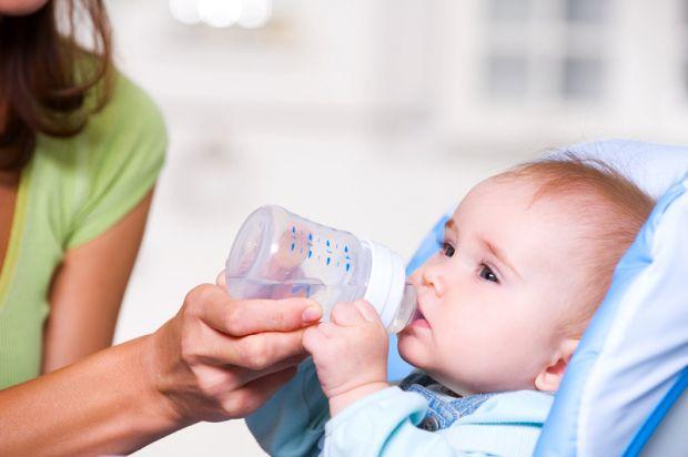 Дітям потрібно пити воду.Часто діти люблять запивати їжу фруктовими соками, а це шкідливо, - кажуть медики. Варто замінити їх питною водою.