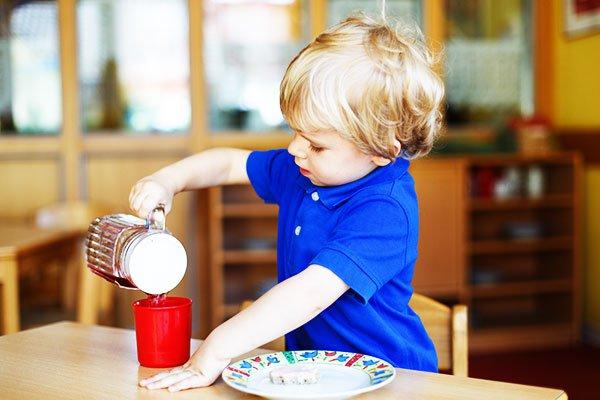 Чай не рекомендовано вводити в раціон малят раннього віку. Адже до його складу входять речовини, які здатні знижувати здатність організму всмоктувати