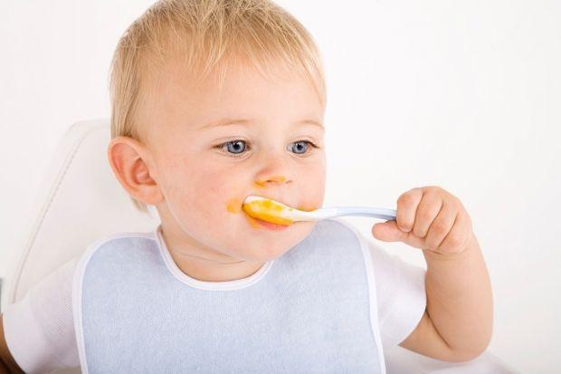 Дитячі терапевти радять батькам не годувати малечу з ложки. Найкращий варіант - хай дитина їсть сама.