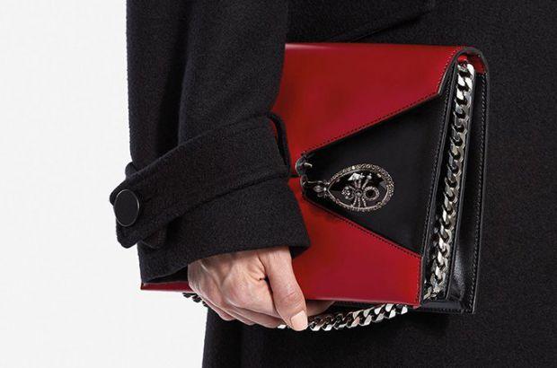 Модний будинок Alexander McQueen представив нову модель сумки-сетчела Pin Bag.