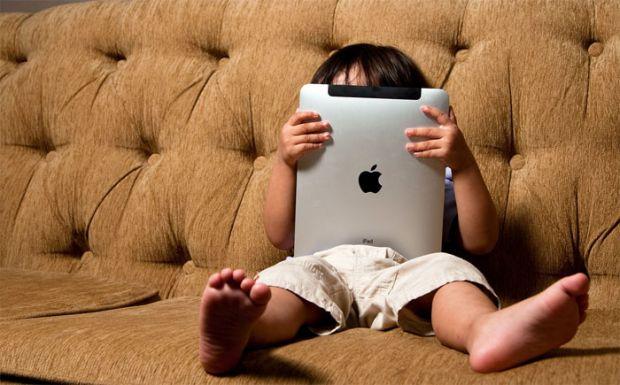 Планшети стали паличкою-виручалочкою для надто зайнятих батьків, однак, часте захоплення малюка планшетом може обернутися плачевними результатами.
