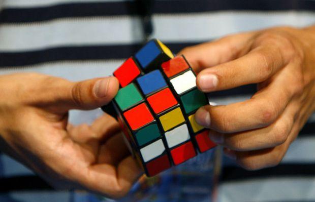 У книгу рекордів Гіннеса потрапив 13-річний хлопчик, який одночасно зібрав 3 кубика Рубіка.
