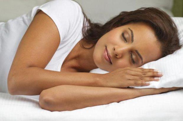 Лікарі розповіли, на якому боці краще спати для здоров'я.